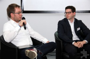 Simon Jägersküpper (v.l.) war gleich doppelt Talkgast. Hier spricht er neben dem Auszubildenden Daniel Larres. Foto: DRK Kreis Euskirchen/pp/Agentur ProfiPress