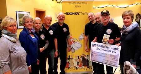 Die Mitglieder des Heinkel-Treffs aus Aachen-Merzbrück brachten eine 500-Euro-Spende zum Hilfsgruppen-Stammtisch in Vollem mit. Foto. Reiner Züll/pp/Agentur ProfiPress