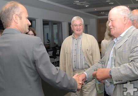 Am 25. Mai 2014 gratuliert Vater Schick (r.) seinem Sohn zur zweiten Wiederwahl als Mechernicher Bürgermeister.  Archivfoto: Manfred Lang/pp/Agentur ProfiPress