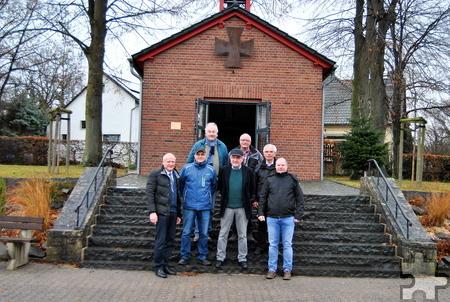 Zur Feier des gelungenen Treppenneubaus trafen sich jetzt Mitglieder des Kapellenvereins und die Unterstützer vor der Marien- und Kriegergedächtniskapelle in Obergartzem. Foto: Renate Hotse/pp/Agentur ProfiPress