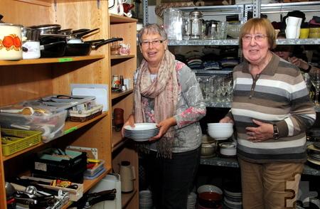 Trotz des Namens Kleiderkammer werden auch Geschirr und andere Gegenstände ausgegeben, etwa von Rosa Hausmann (l.) und Anneliese Klinkhammer. Foto: Thomas Schmitz/pp/Agentur ProfiPress