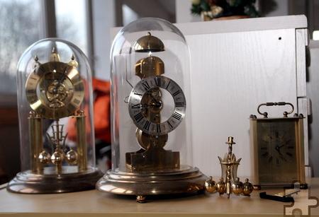 Ganze Hausstände lagern in Vussem, darunter auch solche dekorativen Uhren. Foto: Thomas Schmitz/pp/Agentur ProfiPress