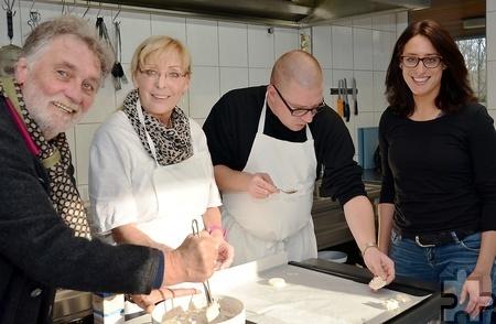 Sichtlich Spaß beim Makrönchen-Backen haben Maike Seidenfaden, Christian Neumann, Maria Zerweck und Hardy Kremer (von rechts). Foto: Manfred Lang/pp/Agentur ProfiPress