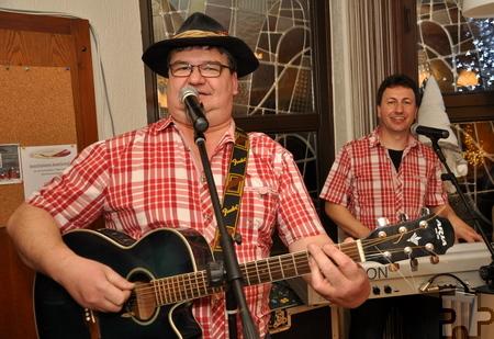"""Max Fenzl (links) und Robert Prosser von den Schmalzlern gaben anlässlich der Spendenübergabe in der Gaststätte """"Zum müden Wolf"""" ein Weihnachtskonzert. Foto: Reiner Züll/pp/Agentur ProfiPress"""