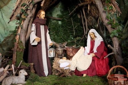 Ochs und Esel schauen in der Bleibuirer Pfarrkirche St. Agnes neugierig zu Maria und dem Christkind. Foto: Thomas Schmitz/pp/Agentur ProfiPress