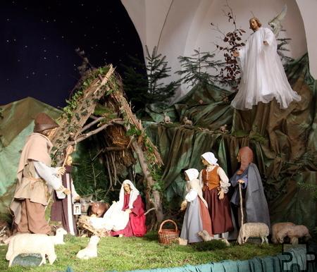 Über dem Szenario der Bleibuirer Krippe thront der Weihnachtsengel. Foto: Thomas Schmitz/pp/Agentur ProfiPress