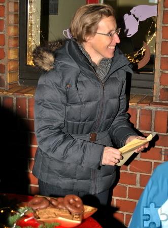 Angela Ufer trug die Geschichte des kleinen Wichtels Gwendolin vor, der in der von allgemeiner Hektik geprägten Vorweihnachtszeit erkennt, was der eigentliche Sinn des Weihnachtsfestes ist. Foto: Renate Hotse/pp/Agentur ProfiPress