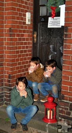 """Mit warmen Getränken versorgt, hatten es sich diese drei jungen Besucher des """"lebendigen Adventskalenders"""" im Eingang des Pfarrbüros bequem gemacht. Foto: Renate Hotse/pp/Agentur ProfiPress"""