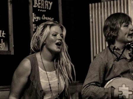 """In ihrer Heimatstadt Lemgo singt Loni Behrend in der Country-Folk-Band """"The Witchtown Rovers"""". Einmal im Monat spielt die Gruppe beim """"Folky Thursday"""" in ihrer Stammkneipe. Foto: Privat/pp/Agentur ProfiPress"""
