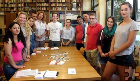 Mit Schülern des Hermann-Josef-Kolleg engagierte sich Loni Behrend in einem Fotoprojekt, das die Lit.Eifel-Lesung von Luna Al-Mousli im Kloster begleitete. Foto: Thomas Schmitz/pp/Agentur ProfiPress