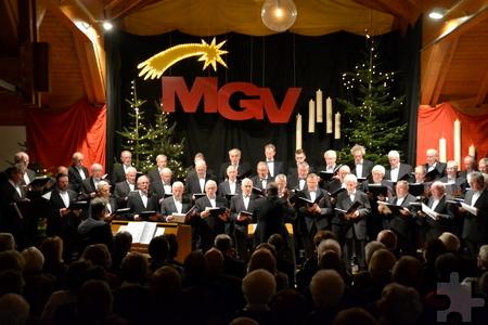 Vor rund 300 Gästen präsentierten die Sänger des Männergesangvereins Kommern am Samstagabend ihr Weihnachtskonzert in der Kommerner Bürgerhalle. Foto: Cedric Arndt/pp/Agentur ProfiPress