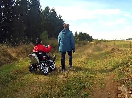Mit Zoom, dem allradbetriebenen Rollstuhl, können gehbehinderte Gäste Führungen mit einer ausgebildeten Waldführerin auf ausgewählten Wegen im Nationalpark Eifel buchen. Foto: F. Zeyen/pp/Agentur ProfiPress