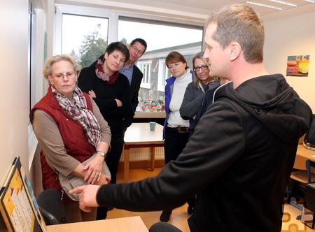 Lehrer Gregor Hafenbradl erklärte den Besuchern der Aktion Mensch das Konzept der Inhouse-Schule im Förderzentrum der Lebenshilfe HPZ in Bürvenich. Foto: Steffi Tucholke/pp/Agentur ProfiPress