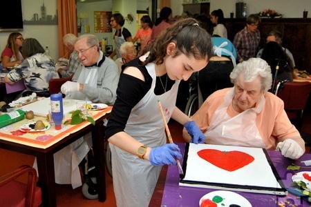 Jugendliche des GAT beim gemeinsamen Malen mit den Senioren des Barbarahofs. Foto: Renate Hotse/pp/Agentur ProfiPress