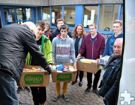 Tafel-Chef Wolfgang Weilerswist (r.) freut sich über die Spendenpakete des Mechernicher Gymnasiums Am Turmhof. Foto: Renate Hotse/pp/Agentur ProfiPress