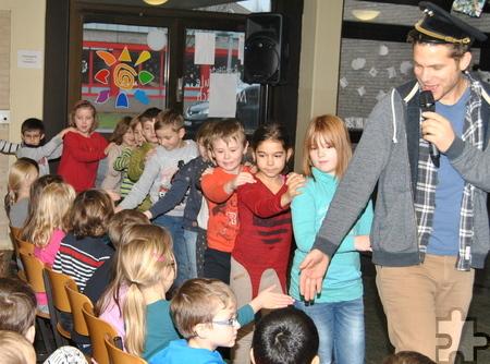 """Beim Eisenbahn-Lied zogen die Kinder der katholischen Grundschule Mechernich singend hinter """"Lokführer"""" Uwe Reetz durch die Aula. Foto: Renate Hotse/pp/Agentur ProfiPress"""