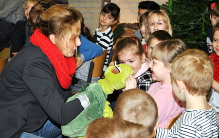 """Die Kommerner Kinderbuchautorin Kerstin Rottland hatte """"Agathe Bond"""", die Top-Agentin mit Schildkrötenpower, mit in die katholische Grundschule Mechernich gebracht. Foto: Renate Hotse/pp/Agentur ProfiPress"""