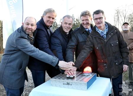 Drückten gemeinsam den Startknopf: Bürgermeister Jan Lembach (v.r.), Manfred Poth (Kreis Euskirchen), NRW-Umweltminister Johannes Remmel, Arjen Ploeg (Geschäftsführer Dunoair) und Thilo Wemmer-Geist (Projektleiter Dunoair). Foto: Hans Gerritsen
