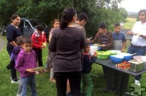 """Im Projekt """"You Are Welcome"""" geht es darum, Flüchtlinge mit Menschen, die hier zu Hause sind, zusammenzubringen. Das funktioniert unter anderem beim gemeinsamen Essen. Foto: Deutsches Rotes Kreuz/pp/Agentur ProfiPress"""