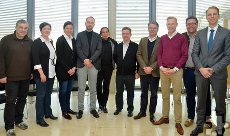 Ulrich Schneider, IHK-Geschäftsführer Ausbildung (r.) mit den frischgebackenen Wirtschaftsmediatoren. Foto: IHK Trier/pp/Agentur ProfiPress