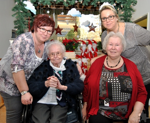 Ihren 100. Geburtstag feierte Gertrud Erdmann (l.) im Kommerner Seniorenheim Falkenhorst, hier mit ihrer Tochter Regina (r.) und ihren Enkelinnen Marcella Lingscheidt (r.) und Carmen Gottschalk. Foto: Renate Hotse/pp/Agentur ProfiPress