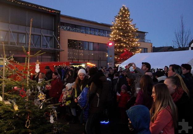 """""""Mechernich Advent"""", der weihnachtliche Trubel vor dem Rathaus, war dieses Jahr sehr gut besucht. Besonders nach Sonnenuntergang kam an beiden Tagen eine wunderbare Stimmung auf. Foto: Thomas Schmitz/pp/Agentur ProfiPress"""