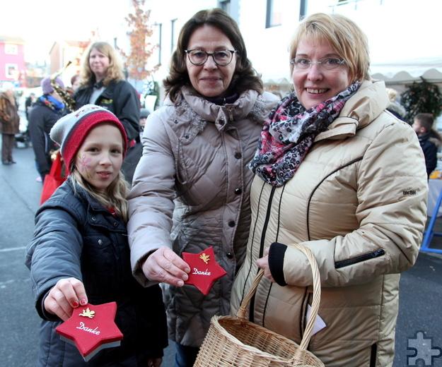 Petra Himmrich (M.) und Margret Eich (r.) bedankten sich mit selbst gebackenen Plätzchen bei den Akteuren. Foto: Thomas Schmitz/pp/Agentur ProfiPress