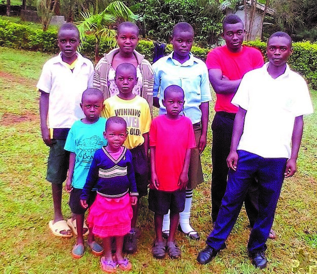 Einige Neffen und Nichten von Father Robert Mutegeki leben als Aidswaisen bei der Großmutter in Uganda. Foto: Privat/pp/Agentur ProfiPress
