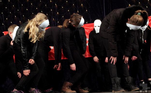 Mit Masken vor dem Gesicht tanzten Schüler der Gesamtschule Mechernich am späten Sonntagnachmittag auf der Bühne. Foto: Thomas Schmitz/pp/Agentur ProfiPress