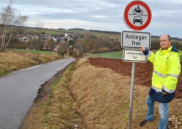 Jürgen Winand von der Stadt Mechernich weist darauf hin, dass man in Zukunft verstärkt kontrollieren will, ob das Durchfahrtsverbot in der Mühlenbergstraße in Glehn missachtet wird. Foto: Renate Hotse/pp/Agentur ProfiPress