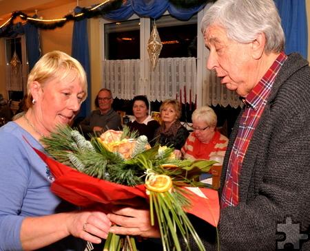 Willi Greuel überreicht Wirtin Helene Kronenberg zum Abschied einen Blumenstrauß. Foto: Reiner Züll/pp/Agentur ProfiPress