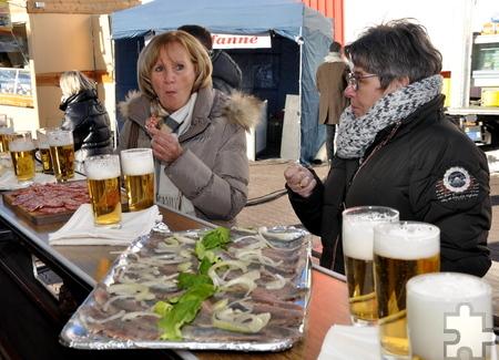 Zur Eröffnung wurden den Besuchern der Marktschreier beim Möbelhaus Brucker ein kostenloses Frühstück und Freibier angeboten. Foto: Reiner Züll/pp/Agentur ProfiPress