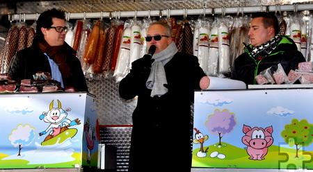 Thorsten Mauß von der Firma Brucker, Vizebürgermeister Uwe Schubinski und Jobo-Geschäftsführer Mel Kühn (von links) eröffneten das Marktschreier-Event vor dem Kaller Möbelhaus. Foto: Reiner Züll/pp/Agentur ProfiPress