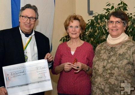 Nach der Schecküberreichung: Rolf Emmerich, Johanna Vith und Monika Berlingen.  Foto: Hermann-Josef Mies/pp/Agentur ProfiPress