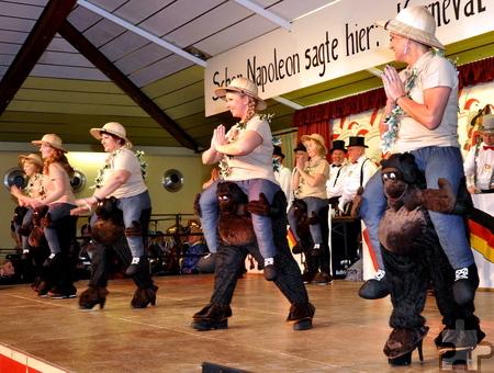 """Da blieb kein Auge trocken: Die Frauen der Gruppe """"Sahneschnittchen"""" waren mit ihrem Affentanz ein echtes Sahnehäubchen im Programm. Foto: Reiner Züll/pp/Agentur ProfiPress"""