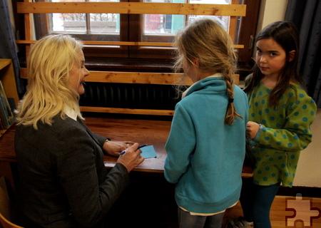 Monschaus Bürgermeisterin Margareta Ritter erfüllte sogar Autogrammwünsche der Konzener Schüler. Foto: Thomas Schmitz/pp/Agentur ProfiPress