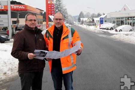 Andreas Groß (l.) und Gerhard Schneider vom Landesbetrieb Straßen.NRW inspizieren trotz des gefallenen Schnees die Baustelle in Krekel. Foto: Thomas Schmitz/pp/Agentur ProfiPress
