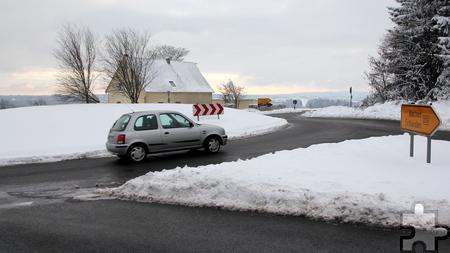 Unter einer Schneeschicht verborgen ist derzeit der frisch erneuerte Kreisverkehr am Knotenpunkt Bundesstraße 258/Landesstraße 22. Foto: Thomas Schmitz/pp/Agentur ProfiPress