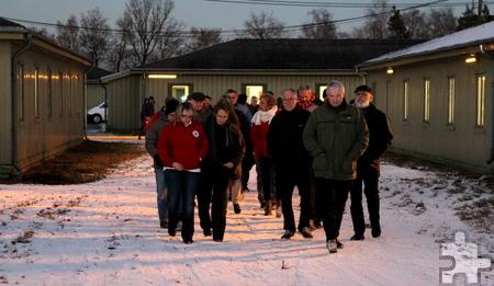 Rund 200 Menschen nahmen vor der Inbetriebnahme an einer Führung durch die Flüchtlingsunterkunft Camp Schelde in Vogelsang teil. Foto: Franz Küpper/pp/Agentur ProfiPress