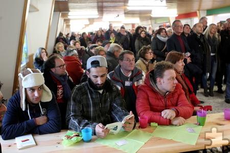 Das Interesse an der Flüchtlingsunterkunft des Landes NRW in Vogelsang war enorm. Rund 200 Menschen lauschten gebannt. Foto: Franz Küpper/pp/Agentur ProfiPress