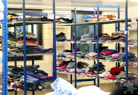 Die Kleiderkammer von Camp Schelde ist gut gefüllt. Hier werden die Flüchtlinge mit Kleidung versorgt. Foto: Franz Küpper/pp/Agentur ProfiPress