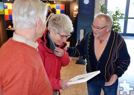 Wilma Reygwart-de Jong (Mitte) aus dem niederländischen Beugen staunte nicht schlecht, als Paul Weiermann (rechts), Organisator der Ausstellung, sie als 500. Besucherin mit einem Aquarell überraschte. Foto: Gerhard Lenz/pp/Agentur ProfiPress