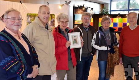 Die Niederländerin Wilma Reygwart-de Jong (Mitte) war als Teil einer vierköpfigen Gruppe zu Besuch in Mechernich, hier mit Paul Weiermann (links), Organisator der Ausstellung, und Künstler Horst Kulbrok (rechts). Foto: Gerhard Lenz/pp/Agentur ProfiPress