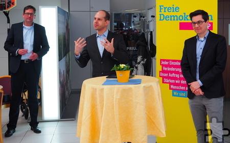 Der Neujahrsempfang der Kaller FDP fand diesmal im Autohaus Rupp in Krekel statt. Der Ortsverbandsvorsitzende Jörg Döhler begrüßte unter anderem den Bundestagskandidaten Markus Herbrand (l.) und den Landtagskandidaten Alexander Willkomm. Foto: Privat/pp/Agentur ProfiPress