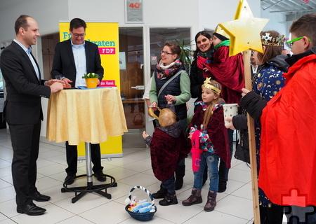 Die Sternsinger machten ebenfalls beim Neujahrsempfang der FDP Kall ihre Aufwartung und wurden von Ortsverbandschef Jörg Döhler begrüßt. Foto: Privat/pp/Agentur ProfiPress