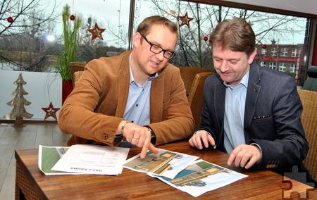 Geschäftsführer Thomas Hambach (l.) und Betriebsleiter Jörg Schaefer besprechen die für Sommer 2017 geplante Optimierung des Saunabereiches in der Eifel-Therme. Foto: Renate Hotse/pp/Agentur ProfiPress