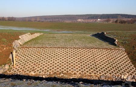 Droht das Rückhaltebecken vollzulaufen, wird das Wasser über diese Mulde wieder an den Krebsbach zurückgegeben. Foto: Thomas Schmitz/pp/Agentur ProfiPress