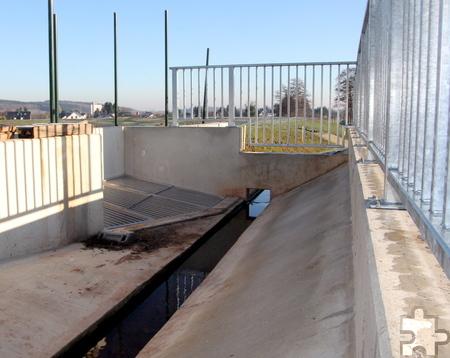 Im Trennbauwerk wird der Krebsbach im Falle eines Hochwassers gedrosselt, sodass nur 300 Liter pro Sekunde Richtung Antweiler fließen und der Rest ins Rückhaltebecken umgeleitet wird. Foto: Thomas Schmitz/pp/Agentur ProfiPress