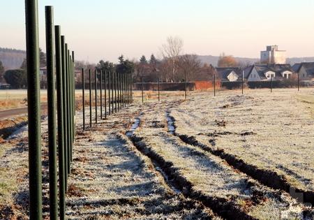 Die Pfähle stehen, doch abgeschlossen sind die Arbeiten am Zaun witterungsbedingt noch nicht. Foto: Thomas Schmitz/pp/Agentur ProfiPress