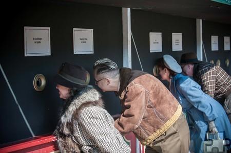 Szene vom Jahrmarkt anno dazumal im Jahr 2015: Kostümierte schauen durch die Glasfenster eines Panoptikums auf absonderliche Kreaturen. Foto: Hans-Theo Gerhards/Freilichtmuseum Mechernich/pp/Agentur ProfiPress